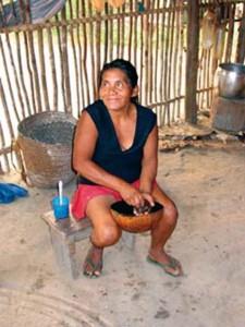 Pour la préparation de la boisson, le bâton de guarana est frotté sur une pierre soigneusement choisie. On mélange la poudre ainsi obtenue à de l'eau dans une calebasse de noix de coco.