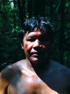 Au quotidien, Obadias s'habille comme vous et nous lorsqu'il fait chaud... A l'occasion d'une marche en forêt, il s'est enduit d'un mélange d'huile de Copaïba et d'Urucum, comme le faisaient ses ancêtres.