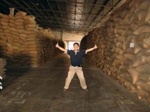 Yuan Hong dans son entrepôt de soja.