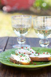 Tartines de chèvre frais, baies roses et huile au miel - Emile Noël - Vanessa Romano photographe et styliste culinaire