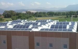 L'usine, toute neuve, et son toit photovoltaïque